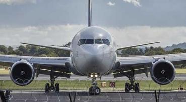Ön is mindig fázik a repülőn? Bedugul a füle?  Elmondjuk miért!