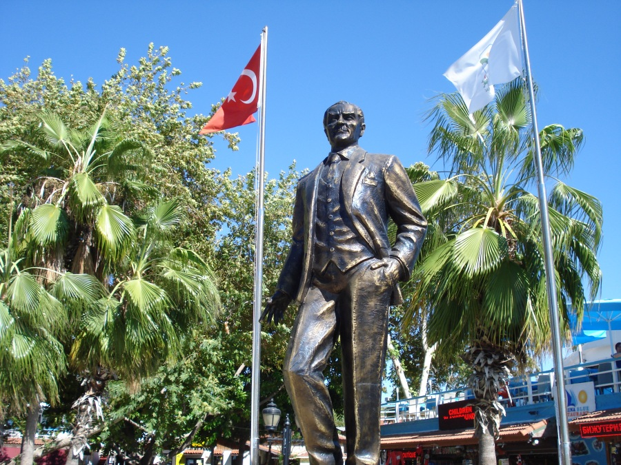 Mustafa Kemal Atatürk szobra Side óvárosában